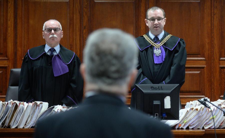 Sędziowie Wojciech Małek (L) i Hubert Gąsior (P) oraz świadek, były pracownik ambasady RP w Moskwie Tomasz T. (tyłem)