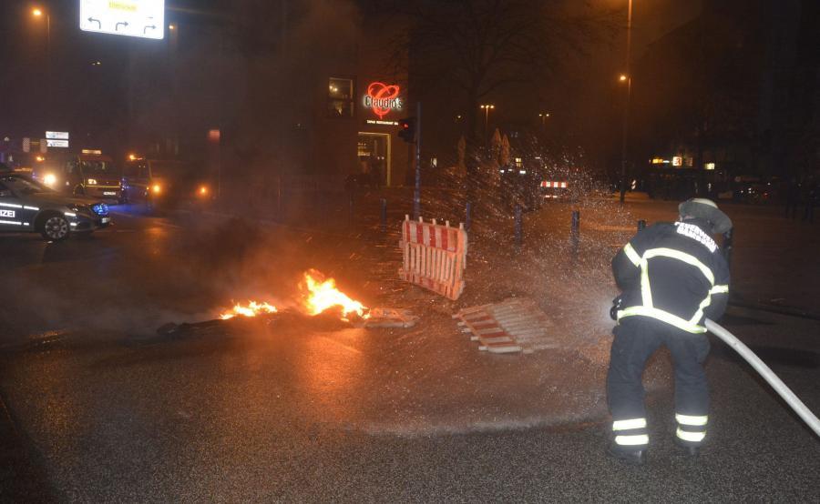 Strażacy gaszą pożar po ataku na targi w Hamburgu