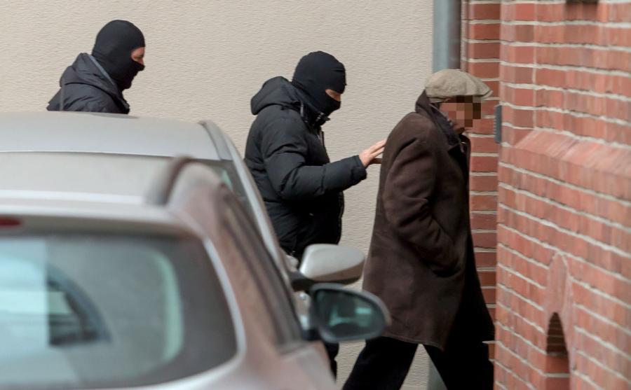 Agenci CBA doprowadzają Józefa P. do prokuratury