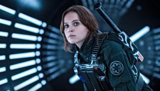 """Felicity Jones jako Jyn Erso w """"Łotr 1. Gwiezdne Wojny - historie"""""""
