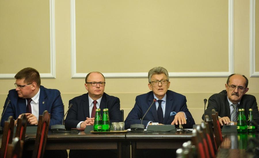 Przewodniczący komisji, poseł PiS Stanisław Piotrowicz (2P) oraz zastępcy przewodniczącego: poseł Kukiz\'15 Tomasz Rzymkowski (L), poseł PiS Andrzej Matusiewicz (P) i poseł PO Wojciech Wilk (2L)
