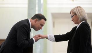 Prezydent Andrzej Duda wręcza sędzi Julii Przyłębskiej akt zaprzysiężenia na prezesa Trybunału Konstytucyjnego