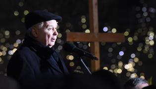 Prezes PiS Jarosław Kaczyński przemawia przed Pałacem Prezydenckim