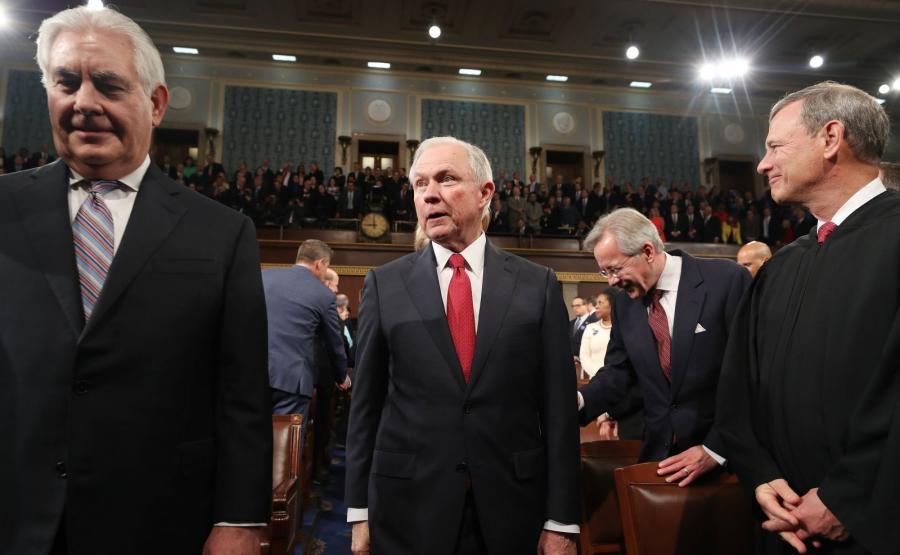 Jeff Sessions (w środku)
