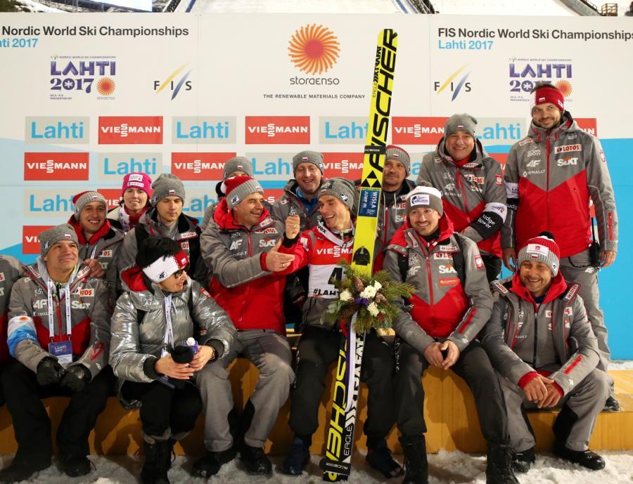 Brązowy medalista Piotr Żyła (C) oraz członkowie polskie ekipy skoczków m.in. trener Stefan Horngacher (C-L), dyrektor koordynator ds. skoków narciarskich i kombinacji norweskiej w PZN Adam Małysz (C-P), po zakończeniu konkursu indywidualnego na skoczni dużej HS-130
