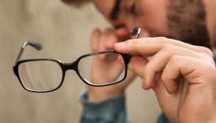 Mężczyzna trzyma okulary