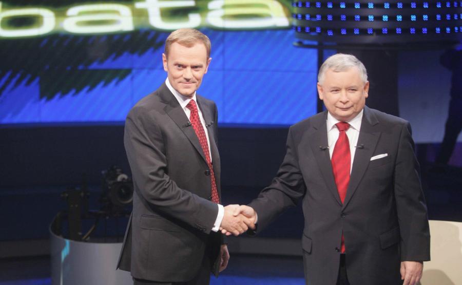 Jedno z nielicznych takich zdjęć. Donald Tusk i Jarosław Kaczyński podają sobie dłonie w studiu telewizyjnym