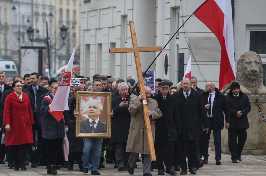 Uczestnicy miesięcznicy w drodze na uroczystości przed Pałacem Prezydenckim