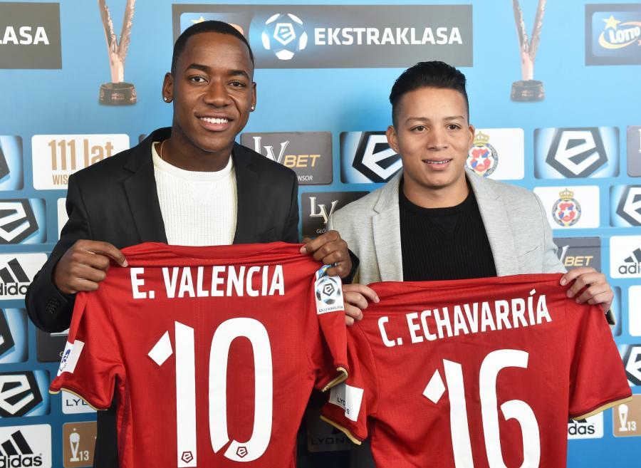 Nowi piłkarze Wisły Kraków - kolumbijski pomocnicy Ever Valencia (L) i Cristian Echavarria (P)